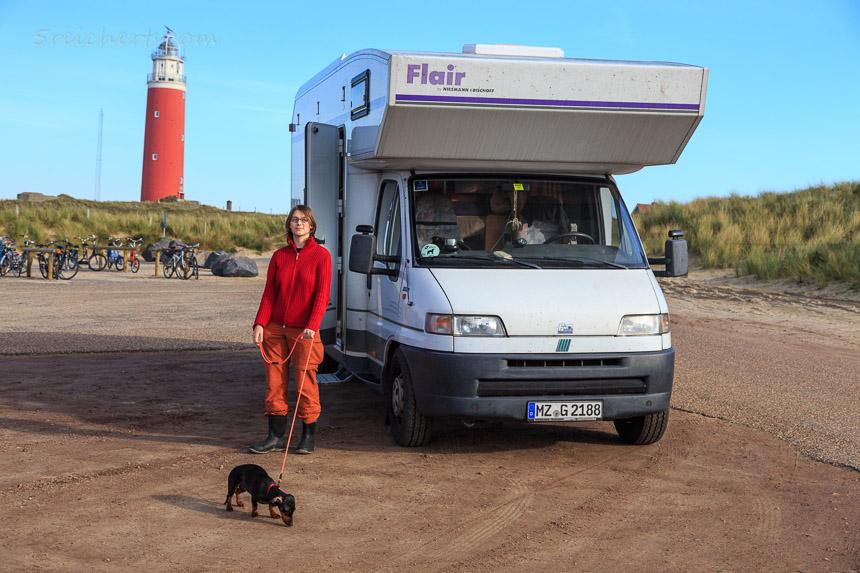 Unser Womo, Amy und Grindel vor dem Leuchtturm von Texel
