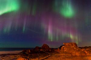 Rotes Nordlicht in Hov, Lofoten